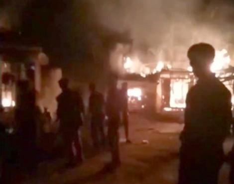Con trai tưới xăng đốt trụi nhà bố mẹ trong đêm