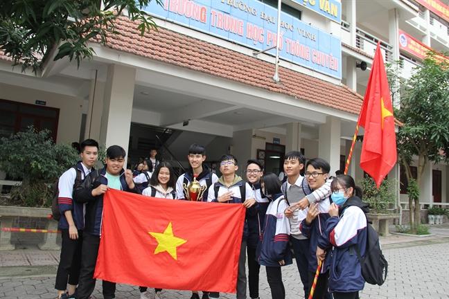 Hoc sinh duoc nghi hoc, tieu thuong dong quay de co vu cho U23 Viet Nam