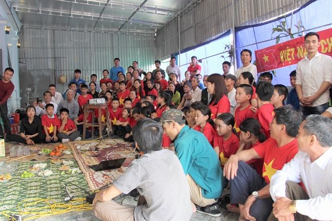 Me trung ve Bui Tien Dung vo oa, ngat xiu truoc chien thang cua U23 Viet Nam