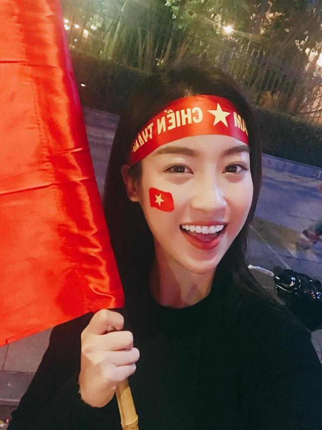 My Tam, Dam Vinh Hung cung xuong duong 'di bao' an mung chien thang cua U23 Viet Nam