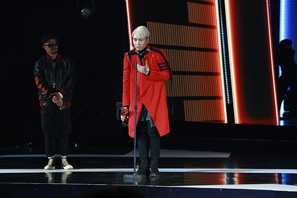 Huong Tram bat khoc khi nhan duoc 2 giai thuong tai 'Zing Music Awards'