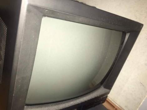 Mẹ tôi và chiếc tivi cũ chưa đêm nào tắt của bố để lại…