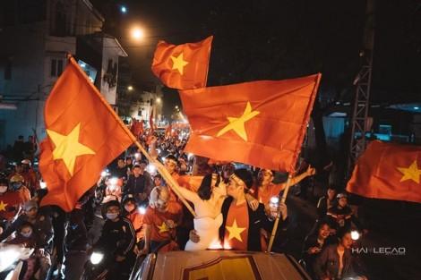 Bộ ảnh cưới cực kỳ độc đáo trong đêm mừng chiến thắng U23 Việt Nam