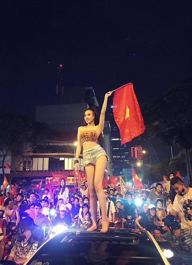Muon kieu thoi trang co vu U23 Viet Nam cua fan nu