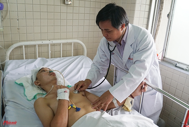 Bao Phu Nu TP.HCM trao 200 trieu dong cua doc gia ho tro anh Bui Duc Cong