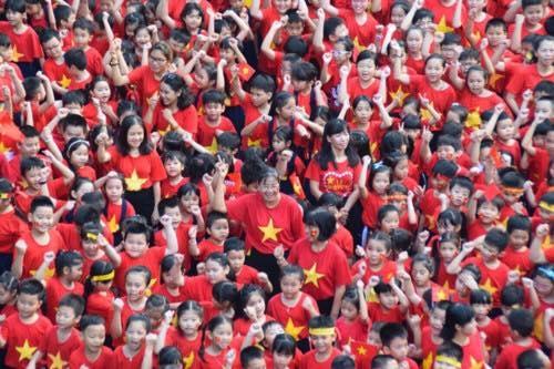 Hon 1.000 hoc sinh TP.HCM xep hinh trai tim ung ho U23 Viet Nam