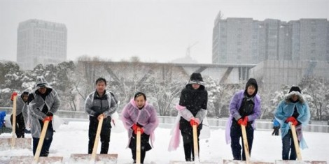 300 người xúc tuyết dọn sân đấu cho trận chung kết U23 Việt Nam - Uzbekistan