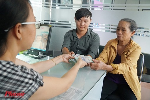 Báo Phụ Nữ TP.HCM trao 200 triệu đồng của độc giả hỗ trợ anh Bùi Đức Công