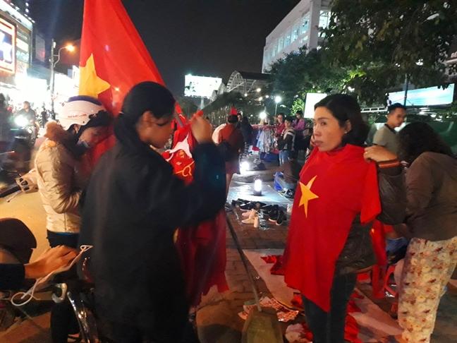 Dan Hue do xo sam ao, co To quoc co vu doi tuyen U23 Viet Nam