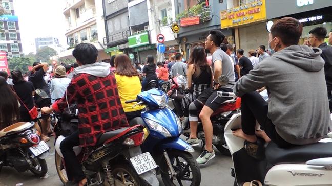 Bai giu xe pho di bo Nguyen Hue 'hot bac' vi hang chuc ngan nguoi den xem bong da