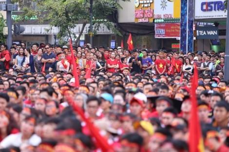 Hàng triệu người Việt Nam xuống đường cổ vũ U23 Việt Nam trong trận cầu lịch sử