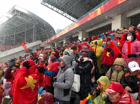 Người hâm mộ Việt Nam vỡ òa với siêu phẩm đá phạt 'cầu vồng trong tuyết' của Quang Hải