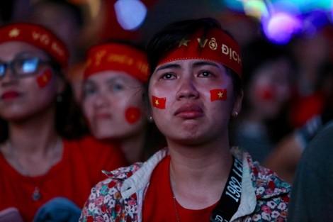 Cổ động viên Việt Nam bật khóc khi U23 Việt Nam thất bại bất ngờ sau 120 phút chiến đấu ngoan cường