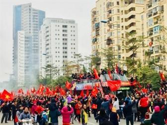 Xe chở U23 Việt Nam diễu hành về tới Quảng trường Ba Đình sau 6 giờ cho đoạn đường 30km