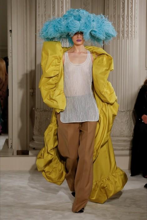 Valentino khuấy động tuần lễ thời trang Paris bằng thiết kế tràn ngập sắc màu