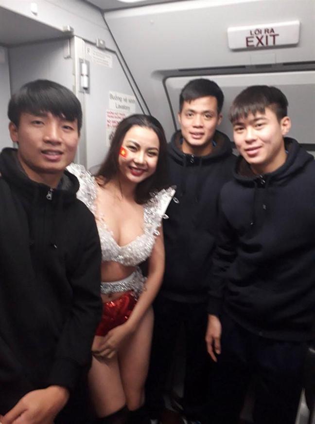 Lai Thanh Huong: 'Mac bikini va chup hinh than mat voi cau thu la yeu cau cua Vietjet Air'