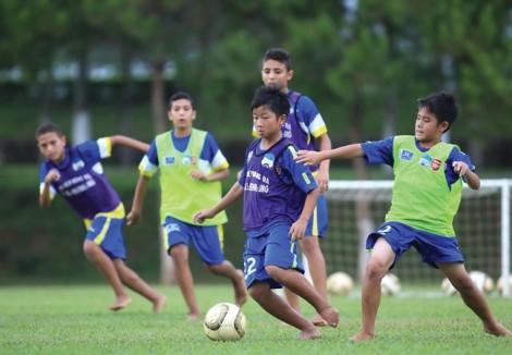 Hãy để cầu thủ trẻ tiến bước trong môi trường minh bạch
