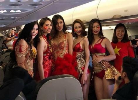 Bộ VH-TT&DL yêu cầu thanh tra hình ảnh người mẫu mặc bikini trên máy bay đón U23 Việt Nam