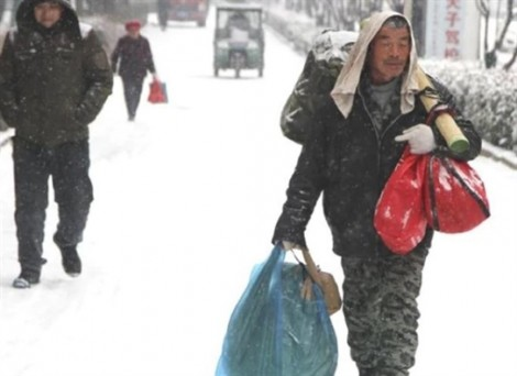 Người đàn ông đi bộ 40km trong tuyết dành tiền mua áo Tết cho vợ