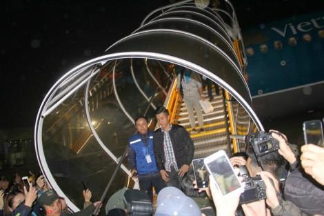 Công Phượng cùng đồng đội bí mật rời sân bay trước vòng vây của hàng vạn người