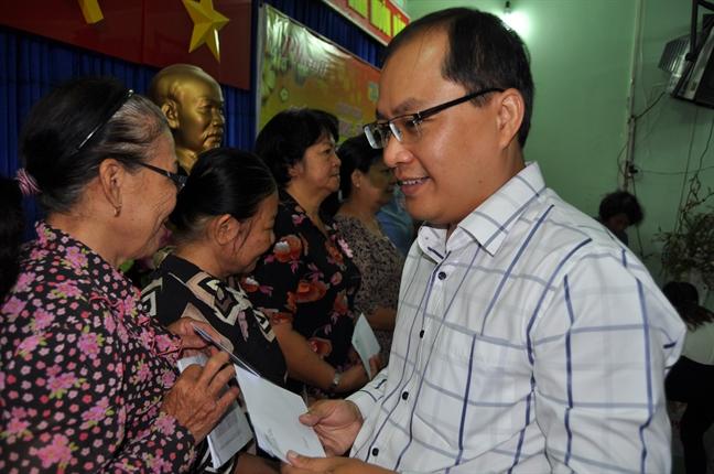 Bao Phu Nu danh gan 1.300 phan qua tet cho nguoi ngheo