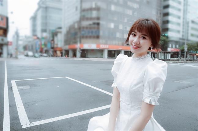 Hari Won thanh lich voi ao dai cach tan giua troi Dai Loan 12 do