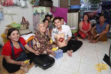 Ca sĩ Jun Phạm tặng 5 chuyến xe về quê cho người nghèo