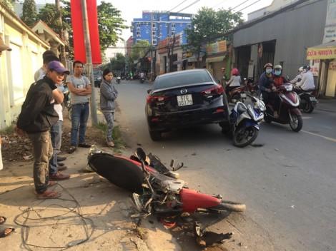 Ôtô 4 chỗ tông hàng loạt xe máy, 3 người bị thương