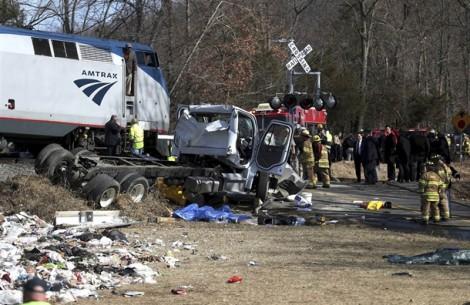 Xe tải nát vụn khi đâm vào đoàn tàu chở 100 nghị sĩ Quốc hội Mỹ