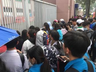 Người hâm mộ vất vả đội nắng chờ, 'cò' rao bán 200.000 đồng/vé giao lưu với U23 Việt Nam