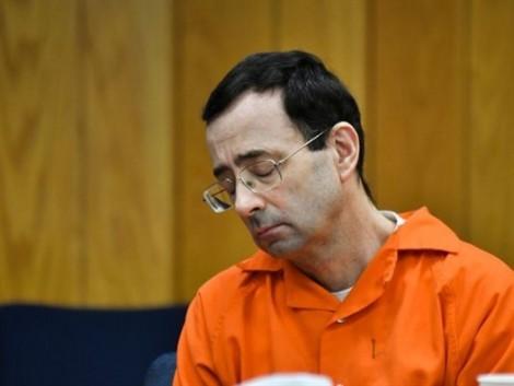 Người cha bức xúc tấn công gã bác sĩ thể thao lạm dụng tình dục con gái