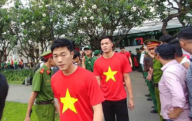 U23 Viet Nam dang huong tai tuong dai Chu tich Ho Chi Minh tren duong di bo Nguyen Hue