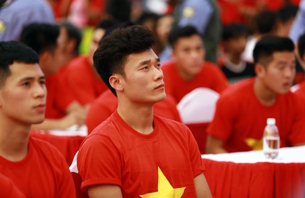 Dan cau thu 'hot boy' U23 Viet Nam tren san khau giao luu voi co dong vien TP.HCM