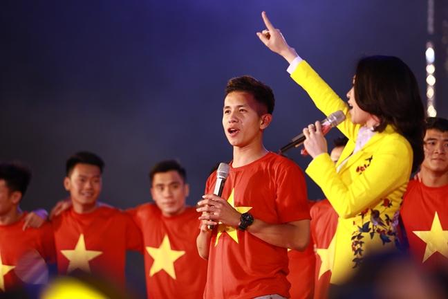 Duoc cau thu U23 tang son, My Tam su dung ngay tren san khau