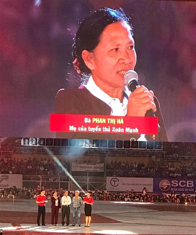 Co dong vien TP.HCM ho ten cau thu, chay theo xe cho thanh vien U23 Viet Nam