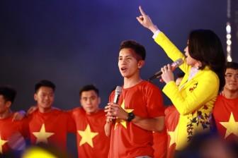 Được cầu thủ U23 tặng son, Mỹ Tâm sử dụng ngay trên sân khấu
