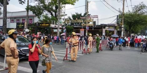 Hàng nghìn người hâm mộ xếp hàng dưới nắng nóng trước giờ giao lưu với U23 Việt Nam