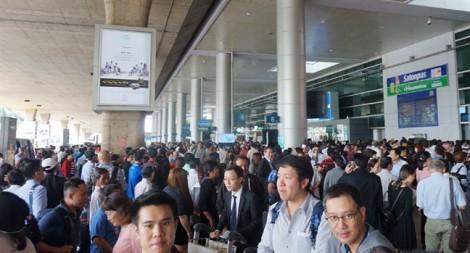 'Ngộp thở' đón người thân tại sân bay Tân Sơn Nhất