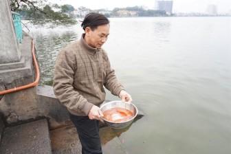 Người dân Hà Nội thả cá chép tiễn ông Công ông Táo về trời