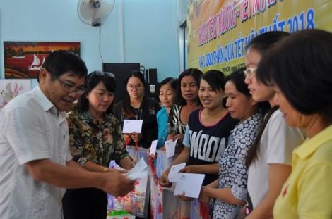 Trao quà Tết cho công nhân và phụ nữ nghèo