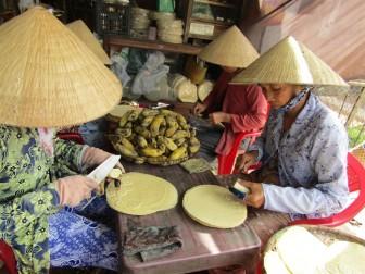 Tất bật làng nghề bánh tráng ép chuối