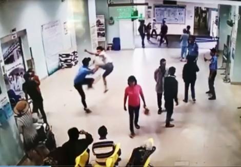 Côn đồ xông vào đánh bảo vệ bệnh viện