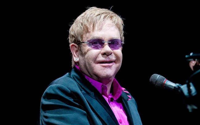 Thuc hu chuyen Elton John doi show dien gia tu su nghiep de du dam cuoi hoang tu Harry