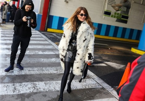 Street style sành điệu của các tín đồ tại New York Fashion Week 2018