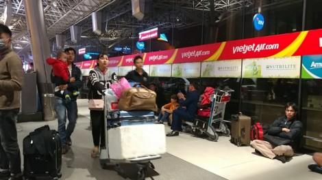 Hành khách trắng đêm ở Tân Sơn Nhất chờ chuyến bay về quê đón tết