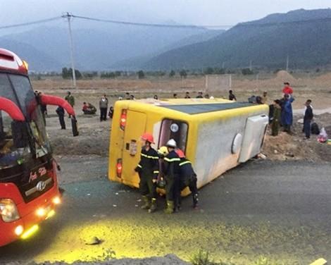 Lật xe khách ngày 27 tết, 2 người chết,11 người bị thương
