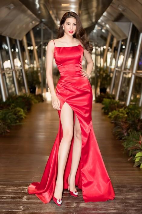 Chọn váy xẻ tà gợi cảm, Phạm Hương mặc đẹp nhất tuần