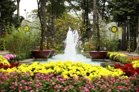 Du khách tấp nập du xuân, ngắm kỳ hoa dị thảo ở hội hoa lớn nhất Sài Gòn
