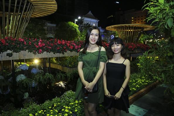 Hang chuc ngan nguoi du xuan tai duong hoa Nguyen Hue sau dem khai mac