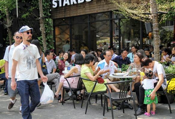 Hang quan che du, ke ban phuc vu khach do ve duong hoa Nguyen Hue